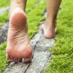 【裸足ラン】芝生などを裸足で走ることのメリット4選を紹介します。